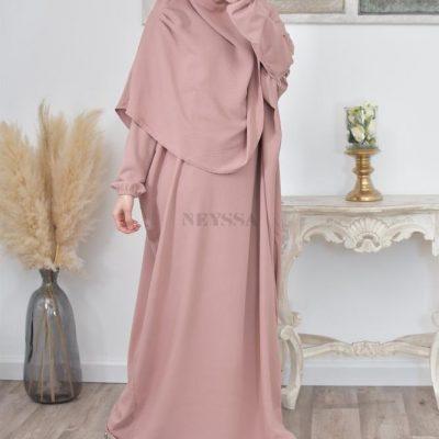 La robe de prière Neyssa : la robe avec hijab intégré à emporter partout avec soi.
